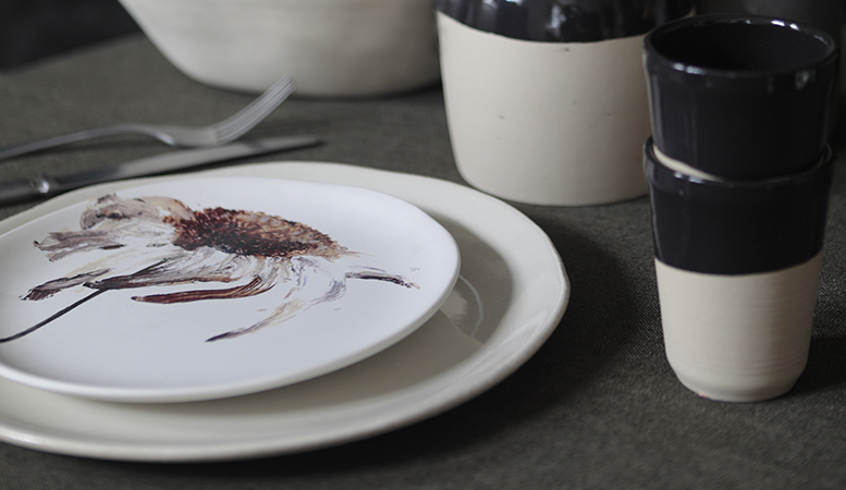 The round off-white plate to coordinate with our printed plates.